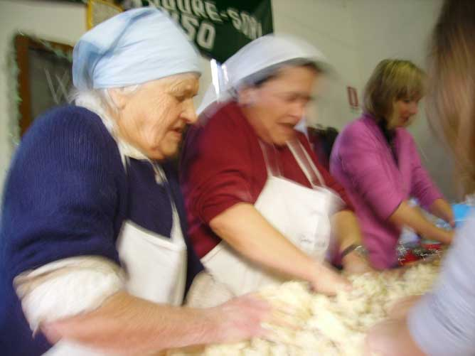 Natale 2011: Anna Olcese  prepara il pandolce genovese